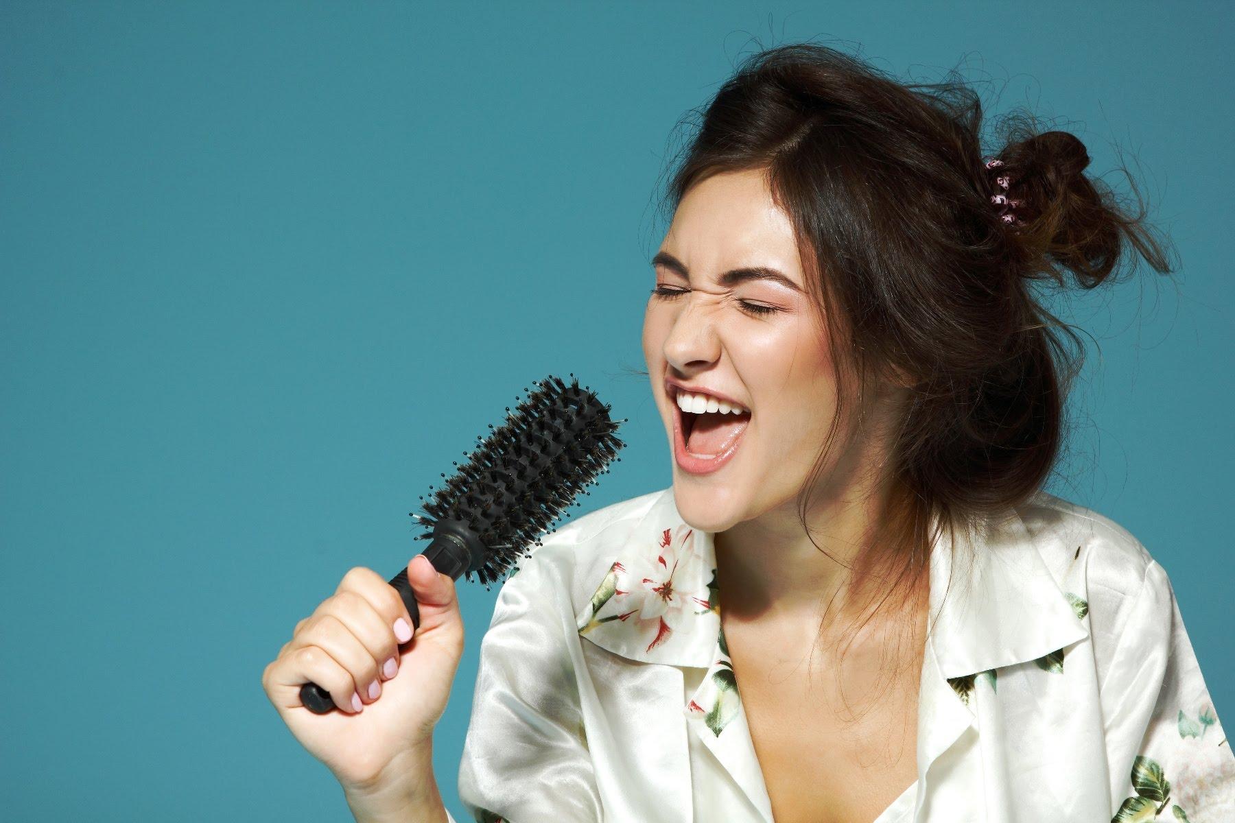 Девушка поёт