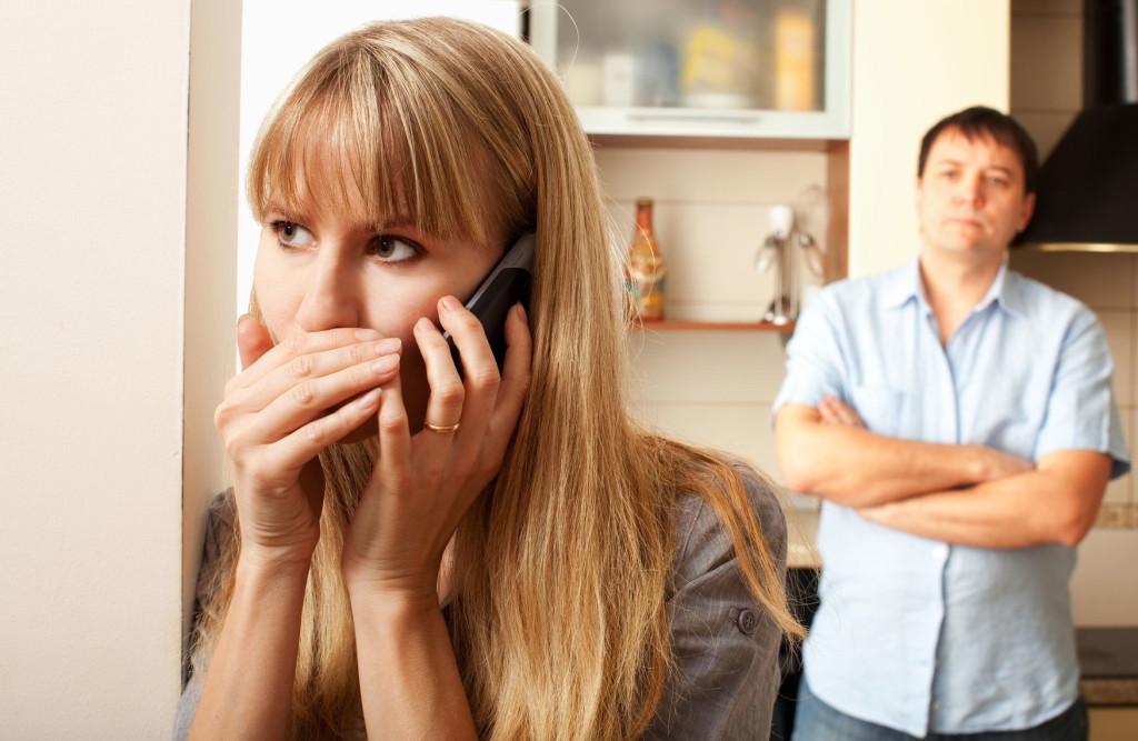 Признаки измены жены. Как узнать, что жена изменяет? Психолог.
