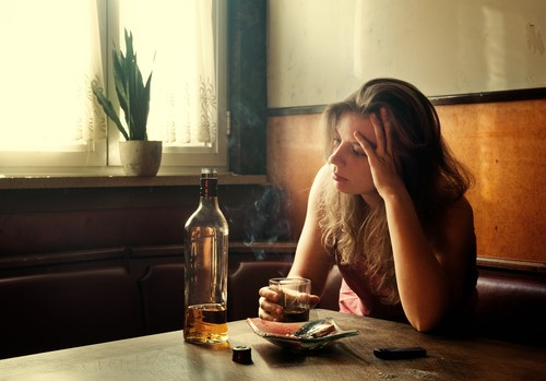 Женщина пьет одна