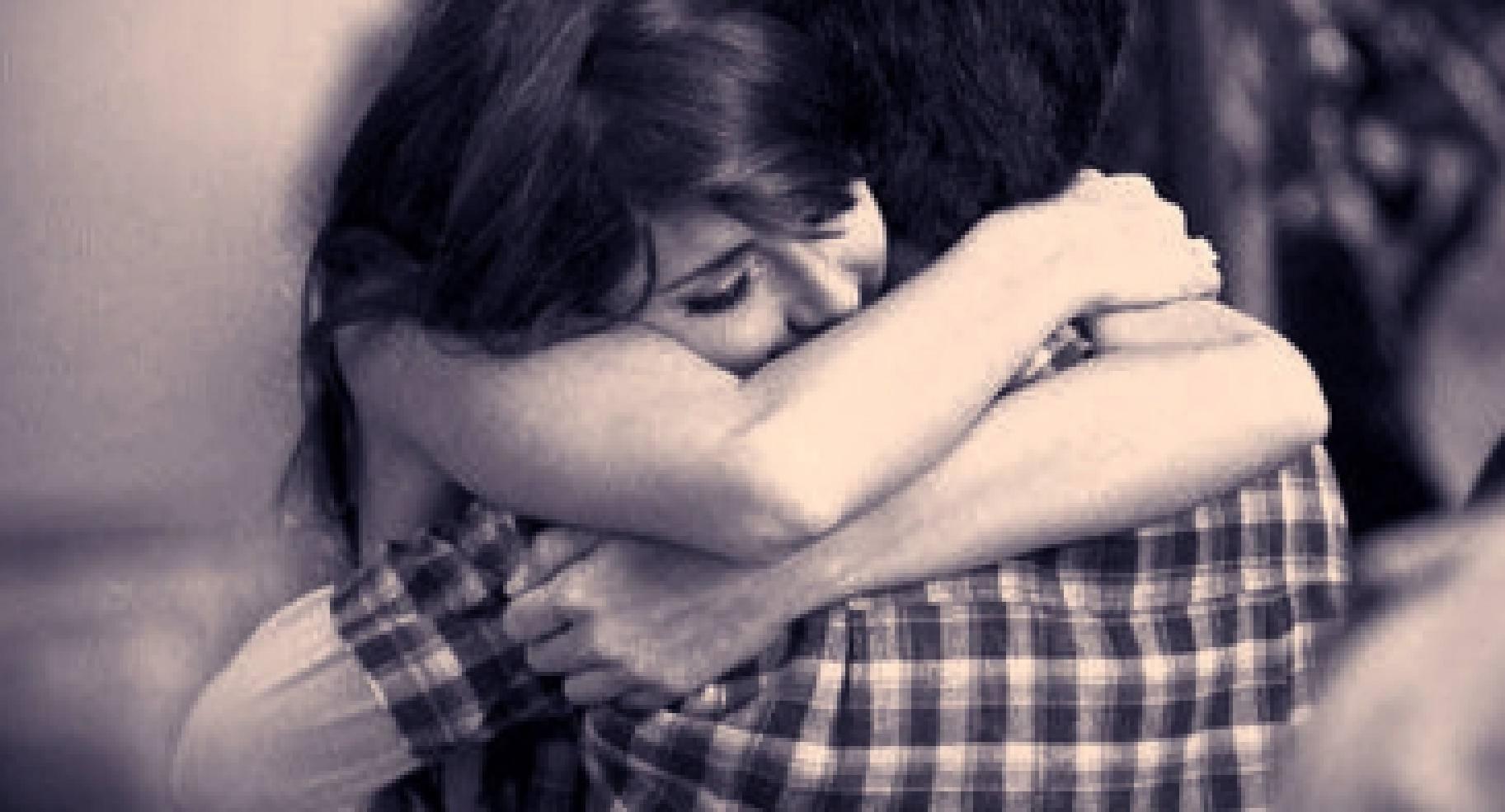 Девушка крепко обнимает