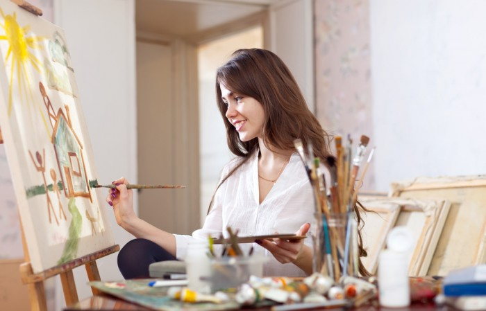 Девушка рисует картину